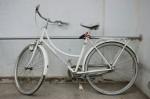 Obras de arte: Europa : España : Catalunya_Barcelona : BCN : bicicleta blanca sobre pared blanca
